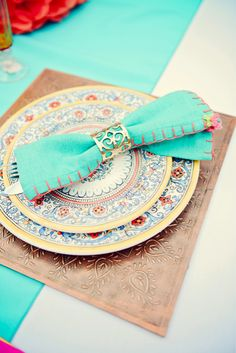 A pretty, Mexican inspired table setting.   #fiesta