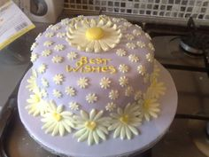 sponge cake decorated in daisys