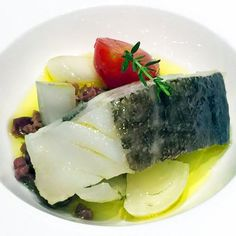baccalà in olio cottura con olive e pomodorini Fish Dishes, Food And Drink, Olive, Cooking, Ethnic Recipes, Tapenade, Kitchen, Finger, Plating