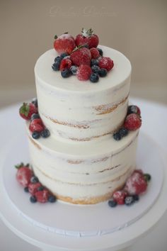 Semi-naked cake with frosted berries country chocolat mariage cake cake country cake recipes cake simple cake vintage Berry Wedding Cake, Wedding Cake Fresh Flowers, Wedding Cake Flavors, Wedding Cake Rustic, Wedding Cakes With Cupcakes, Wedding Cake Decorations, Elegant Wedding Cakes, Wedding Cake Designs, Cupcake Cakes