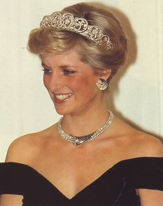 November 2 Prince Charles & Princess Diana attended a state banquet in Bonn Germany. Princess Diana Tiara, Real Princess, Princess Of Wales, Diana Spencer, Lady Spencer, Lady Diana, Royal Family Pictures, Princes Diana, Royal Jewels