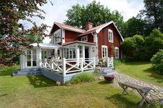 - Fastighetsförmedlingen för dig som ska byta bostad Swedish Farmhouse, Swedish Cottage, Red Cottage, German Houses, Sweden House, Red Houses, Summer Cabins, Cottage Exterior, Small Places