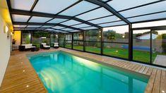 Comment construire votre piscine sous veranda ? Vous avez décidé de faire construire une veranda piscine pour profiter d'un espace privé élégant et nager toute l'année que ça soit en hiver ou bien en été.  Où installer votre véranda piscine ? La première question à vous poser est celle de l'endroit où vous voulez installer votre veranda piscine. Elle sera déterminante pour une série de choix subséquents, tels l'orientation, l'intégration dans l'environnement ou encore la présence de locaux…