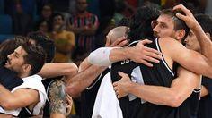 Andrés Nocioni y Luis Scola se abrazan tras el partido con Estados Unidos. AFP