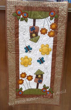 Trilho de cozinha flores | Flickr - Photo Sharing! Small Quilt Projects, Diy Projects To Try, Quilting Projects, Sewing Projects, Sewing Crafts, Table Runner And Placemats, Quilted Table Runners, Small Quilts, Mini Quilts