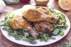 Le cosce di pollo croccanti sono un secondo piatto appetitoso ricco di erbe aromatiche e spezie.