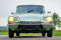 Citroen DS 21 Pallas, year Chassis number Colour 'Vert Argente' (light green metallic) with a black leather interior and grey carpet. This fabulous Citroen DS … Psa Peugeot Citroen, Citroen Ds, Grey Carpet, Cars For Sale, 21st, Classic, Trains, Awesome, Vintage Cars