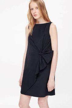 COS schwarzes Kleid mit Drapierung (89 €)