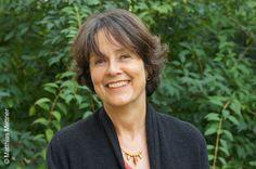 Dörthe Binkert, geboren in Hagen/Westfalen, wuchs in Frankfurt am Main auf und studierte dort Germanistik, Kunstgeschichte und Politik. Nach ihrer Promotion hat sie viele Jahre für große deutsche Publikumsverlage gearbeitet. Seit 2007 ist sie freie Autorin und lebt in Zürich.