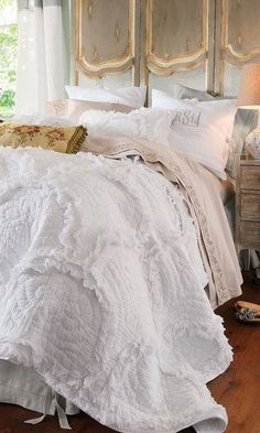 That sweet coverlet and that fabulous screenbehind the bed! TG