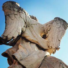 """Quem disse que anjo não tem costas? São lindos mesmo de costas... Os anjos de Bernini na Ponte Sant""""Angelo. Imperdivel! #voupraroma #Bernini #arte #viagemeturismo #viajenaviagem #viajarmais #viajarsempre #eurotrip2015 #euritrip #travelbloggers #travelgram #blogdeviagem #blogger #viajarépreciso #viagemestadao #folhadespaulo #instatravel by voupraroma"""