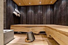 The elegant oak benches in the sauna. Portable Steam Sauna, Sauna Steam Room, Sauna Room, Rustic Saunas, Sauna Design, Outdoor Sauna, Finnish Sauna, Spa Rooms, Bathroom Spa