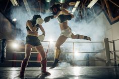 체육 여자 그녀의 스페어링 파트너와 킥복싱 경기에 비행 이동. 스톡 사진
