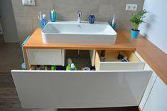 Ein maßangefertigter Badezimmer Schrank in Eiche mit weisen Spiegelglanz- Fronten. Die große ausziehbare Schublade mit zwei innenliegenden Laden bietet viel Stauraum. Sink, Wellness, Home Decor, Pull Out Drawers, Closet Storage, Drawers, Oak Tree, Bathing, Sink Tops