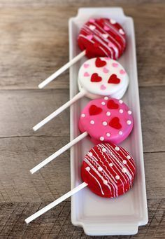 These cute Valentine's Day Oreo pops take only a few minutes to make, and they make a great classroom treat idea for your friends! easter daycare treats Valentine's Day Oreo Pops - Happiness is Homemade Valentine Desserts, Valentines Day Food, Valentines Baking, 13 Desserts, Valentine Cookies, Valentine Day Crafts, Homemade Valentines, Valentines Cakepops, Printable Valentine