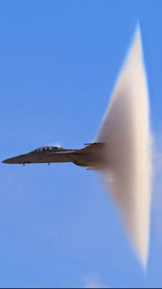 Super Hornet breaking the sound barrier . Actually this phenomenon usually happens when a jet breaks through a frontal boundary at subsonic speed Air Fighter, Fighter Pilot, Fighter Aircraft, Fighter Jets, Military Jets, Military Weapons, Military Aircraft, Tomcat F14, Carros Lamborghini