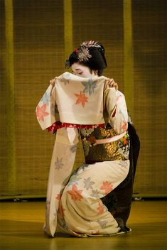 Kyoodori (Kyo dance) by maiko