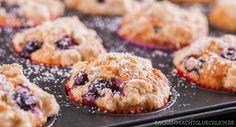 Einfaches Rezept für American Blueberry Muffins mit Streuseln und Buttermilch. Die Muffins werden herrlich fluffig, locker und so saftig wie im Coffeeshop.