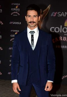Shahid Kapoor's sexy new look with a moustache. via Voompla.com Bollywood Hairstyles, Shahid Kapoor, Suit Accessories, Movember, Bollywood Actors, Facial Hair, Mustache, New Look, Red Carpet