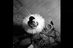 Photographer Robert Doisneau // was a French photographer. In the he used a Leica on the streets of Paris. He and Henri Cartier-Bresson were pioneers of photojournalism. Robert Doisneau, Dance Photography, Photography Portfolio, Street Photography, Ballerina Photography, Black White Photos, Black And White Photography, Fotografia Pb, Ballet Photography
