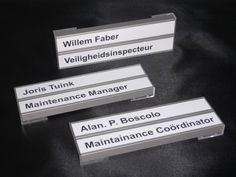 Deurborden met graveerwerk: een flexibel gegeven. De naamplaatjes kunnen gemakkelijk verwisseld worden.