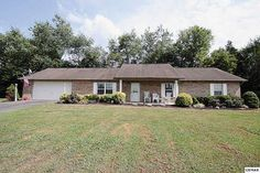 GREAT LOCATION! Home on level lot just mins from downtown Sevierville. 3BR/2BA…