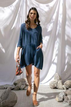 Vestido azul rey Petite Studio, alpargata Westies, clutch café con cadena Steve Madden.
