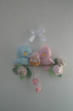 Enfeite porta-maternidade com 3 passarinhos, plaquinha,flores e folhas em galho natural pintado. Cores podem ser personalizadas através do álbum amostras de tecidos. Neste enfeite máximo de 4 elementos. R$ 85,00