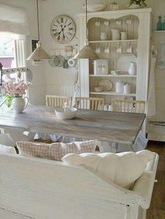 Looking for some great ideas to develop a shabby chic theme inside your new kitchen? Shabby Chic kitchen style has its own origins in traditional English and Comedor Shabby Chic, Cocina Shabby Chic, Muebles Shabby Chic, Shabby Chic Mode, Estilo Shabby Chic, Shabby Chic Kitchen, Shabby Chic Cottage, Vintage Shabby Chic, Shabby Chic Style