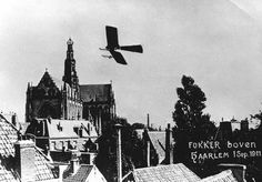 Fokker flies around the Grote Kerk in Haarlem on 1 September 1911 Famous Pictures, Vintage Photographs, Spinning, Netherlands, Holland, Aviation, Past, Black And White, Planes