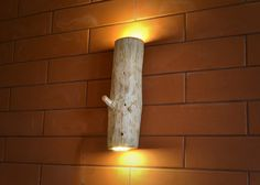 Hölzerne Leuchten aus Naturholz. Das Holz ist sorgfältig geschliffen und mit einer Schutzflüssigkeit bedeckt. Die Lampe verwendet LED-Lichtquellen (2x3W), die ein weiches Licht erzeugen und den...