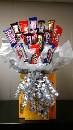 All chocolate candy bouquet. I can change color of bow and paper. Candy Bouquet Diy, Money Bouquet, Diy Bouquet, Snickers Chocolate, Chocolate Gifts, Peanut M&ms, Candy Arrangements, Birthday Diy, Birthday Bouquet