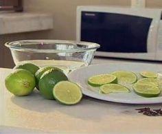 COMO LIMPAR O MICROONDAS Para deixar seu microondas bem limpinho depois de esquentar sua comida, tem um segredo que torna tudo muito mais fácil: basta encher uma tigela de água com rodelas de limão e colocar dentro do microondas. Deixe a água com o limão cozinhar por uns 3 minutos e depois deixe a tigela descansando por mais um tempinho no forno. O vapor e o limão ajudam a remover a sujeira, que vai sair facilmente com apenas uma passada de pano limpo.