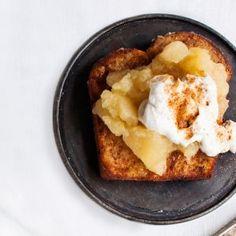 Köyhät ritarit leivästä tai pullasta on jälkiruokaklassikko, johon saa kätevästi hyödynnettyä hiukan kuivahtaneet pulla- tai leipäviipaleet. Voissa ruskistetut viipaleet tarjotaan kermavaahdon ja omen... Cauliflower, French Toast, Bread, Vegetables, Breakfast, Desserts, Food, Morning Coffee, Tailgate Desserts
