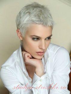 Короткая женская стрижка Пикси с короткой челкой и окрашиванием холодный блонд