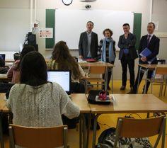 La consellera Ruiz , al fons, durant la seva visita a l'institut Vallvera de Salt. Foto: ACN.