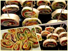 Rollsy z tortilli Wspaniale smakują, są proste i szybkie w przygotowania, a do tego świetnie prezentują się na talerzu. Idealna przekąska na przyjęcie, piknik albo na wynos do pracy lub szkoły. Placki tortilli można zrobić samemu, jest to bardzo łatwe, a przede wszystkim dużo tańsze niż gotowe, kupne tortille.  Składniki: placki tortilli ( można … Tortilla Burrito, Tapas, Catering, Sushi, Grilling, Food And Drink, Pizza, Mexican, Snacks