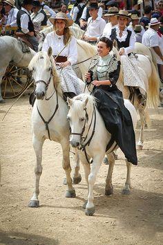 En Camargue....vêtement traditionnel Provençal sur chevaux Camarguais