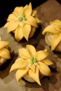 Gold Poinsettia Cupcakes