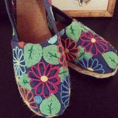 30 sugestões legais para customizar alpargatas | Blog da Mari Calegari Espadrille Shoes, Espadrilles, Crochet Boots, Embroidered Clothes, Walk This Way, Painted Shoes, Embroidery Patterns, Designer Shoes, Valentino