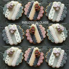 심화반 회원작품 Improve course students works INBLOSSOM CLASS 인블러썸 ᆞ ᆞ 차이는 퀄리티 ᆞ ᆞ 수강과정 정규 - 심화 - 플라워아... Flower Sugar Cookies, Lace Cookies, Royal Icing Cookies, Cupcake Cookies, Cupcakes, Elegant Cookies, Cookie Frosting, Vintage Cookies, Wedding Cookies
