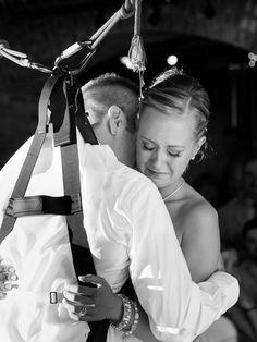 Homem paraplégico faz surpresa à noiva e fica de pé para valsa | Portal PcD On-Line