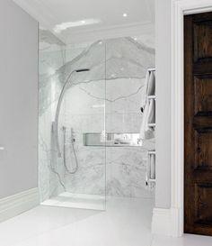 Marmorplatten im Duschebereich verlegt mit Glaswand