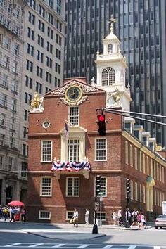 Old State House, Boston, Massachusetts, built in A cobblestone circle beneath the balcony marks the site of the 1770 Boston Massacre when British soldiers fired into a crowd of Bostonians. To see where it all began. Boston Strong, In Boston, Freedom Trail, La Sede, New England States, Boston Massachusetts, Beautiful Sites, American Revolution, Historical Sites