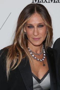 6 Celebrity-Approved Two Tone Hair Color Ideas - Sarah Jessica Parker's medium toned hair with blonde highlights