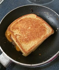 "90 second bread turned into a GRILLED CHEESE! This brilliant idea was made by Christina Kruger-Harris and was lovely to share with us! She said ""Soooo ladies here is a game changer! I made the coolest 90 keto mug bread in a … Keto Foods, Ketogenic Recipes, Low Carb Recipes, Diet Recipes, Recipies, Vegan Keto Diet, Vegetarian Keto, Keto Meal, Bread Recipes"
