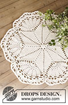"""Sparkle & Shine - DROPS Christmas: Crochet DROPS doily in """"Belle"""" and Christmas tree rug in """"Eskimo"""" with star and fan pattern. - Free pattern by DROPS Design"""