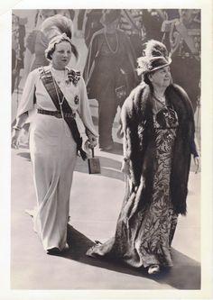 Op weg naar de Nieuwe Kerk te Amsterdam op 6 september 1938, voor de herdenkingsbijeenkomst ter gelegenheid van het 40 jarig Regeringsjubileum van H.M. de Koningin Wilhelmina