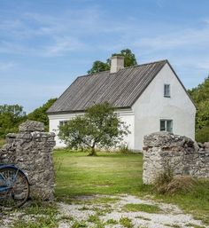 Old Cottage, Cottage Homes, English Farmhouse, Modern Barn House, Cottage Renovation, Small Cottages, House With Porch, Small House Design, Love Home
