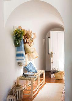 recibidor-blanco-con-taburetes-fibras-naturales-y-alfombra 00460998
